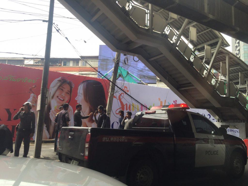 スクンビット,通り,駅,プラカノン,クレーン,大型,事故,転倒,交通,規制,オンヌット,火災,Sukhumvit,Phra Khanong