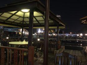 シーナカリンの観光スポット 有名なタラートロットファイ の近くにあるおすすめのタイ料理レストラン。Gai Yang Klang Bueng(ガイヤーン・クラーン・ブン ガイヤーン(タイ風の焼き鳥)がおいしい。10バーツで池にいるナマズに餌をあげてタンブンも。近くに東急百貨店やシーコン・スクエア・ショッピングセンター
