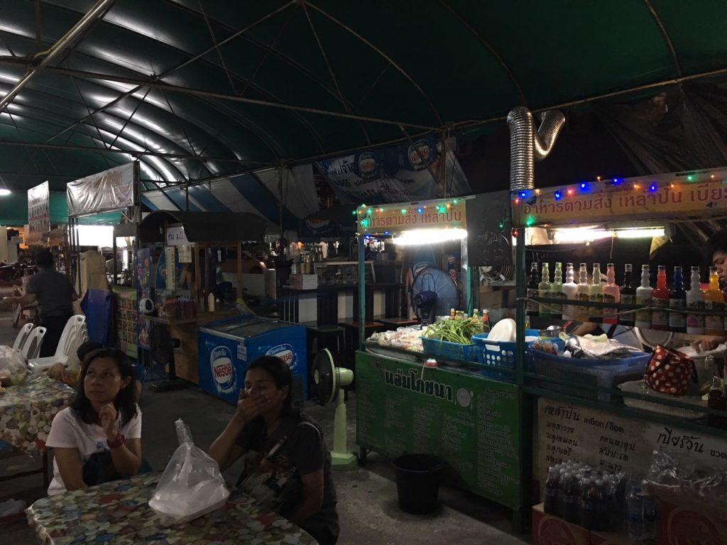 タイ,バンコク,タイ料理,イサーン料理,生レバー,ユッケ,牛刺身,プラカノン,名もなき屋台,ローカル屋台,ソイプリディー43