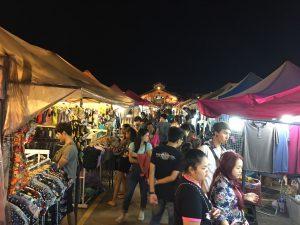 ตลาดนัดรถไฟ ศรีนครินทร์,タイ,バンコク,観光,スポット,おすすめ,買い物,市場,ナイトマーケット,タラートナット ロットファイ・シーナカリン,talat nat rotfai srinakarin